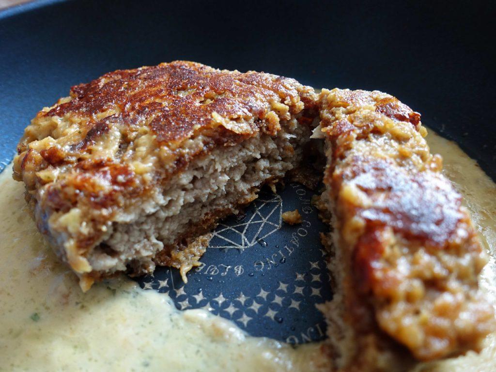 『松のやごちそうハンバーグ ホワイトガーリックチーズソースの丸焼き』の出来上がり画像です。