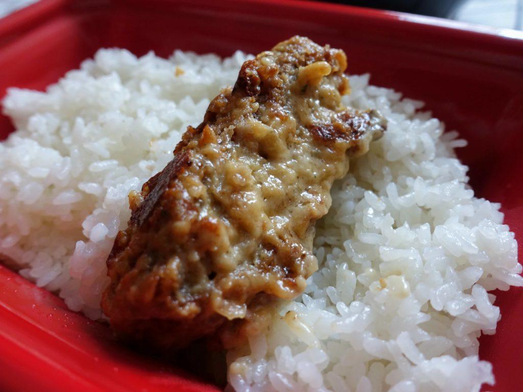 『松のやごちそうハンバーグ ホワイトガーリックチーズソースの丸焼き』を白米で食べる画像です。
