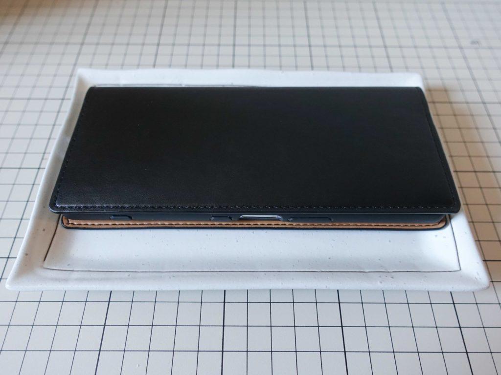 エレコムのCORONET社製ソフトレザーケースをお皿に乗せてみました。