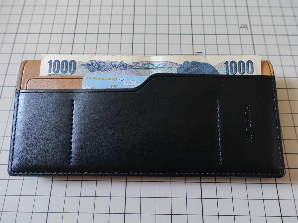 エレコムのCORONET社製ソフトレザーケースにお札とカードを入れた画像です。