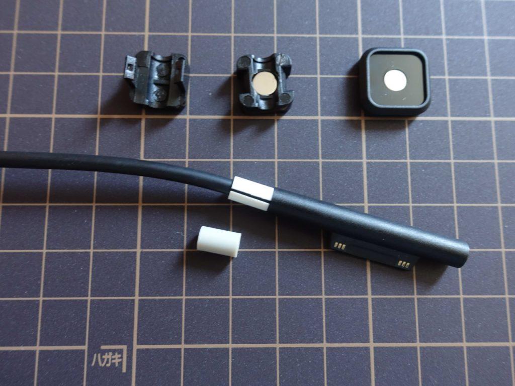 「Magnetic Cable Holder 2」の組み立て方。1.ゴムのリングをケーブルに巻きます。