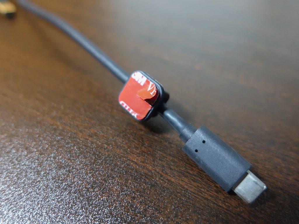 Magnetic Cable Holder 2の両面テープのフィルムは切れ目が入っておりそこからなら簡単にフィルムをはがせます。