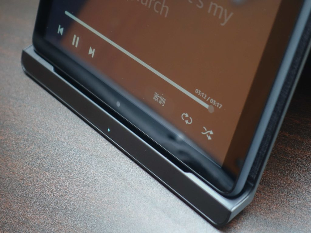 fire HD 8 Plusを充電スタンドにスピーカー側を下にして置くと音が良く聴こえる。